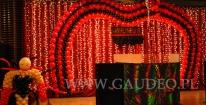 Balonowa dekoracja sceny na imprezie z tematem Moulin Rouge.