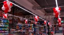 Girlandy z balonów użyte do dekoracji sklepu.