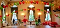 Balonowa dekoracja świąteczna na imprezę dziecięcą.