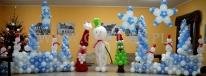 Balonowa dekoracja świąteczna w scenerii zimowej z bałwankami.