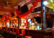 Balonowa dekoracja urodzinowa w klubie.