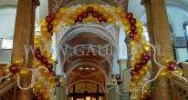 Balonowa dekoracja wejścia na bal sylwestrowy.