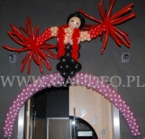 Balonowa dekoracja wejścia na imprezie z tematem Moulin Rouge.