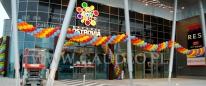 Balonowa dekoracja wejścia na otwarcie Galerii Ostrovia.