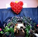 Serce z balonów jako dekoracja przy wejściu do króliczej nory.