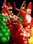 Balonowe figury przedstawiające renifera i Mikołaja.