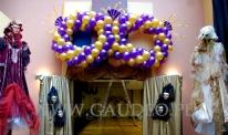 Balonowa maska wenecka jako dekoracja wejścia na bal karnawałowy.