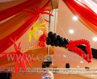 Balonowa tancerka na imprezie z tematem Moulin Rouge.