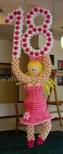 Tancerka z balonów jako dekoracja na imprezie z okazji osiemnastych urodzin.