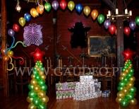 Balonowe choinki na balu świątecznym.