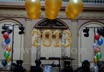 Balonowe cyfry na balu z okazji sylwestra.