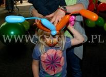 Balonowe czółki na głowie dziewczynki.