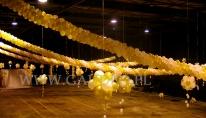 Balonowe dekoracje girlandami na balu sylwestrowym.