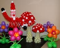 Balonowe dekoracje na imprezie z tematem Alicja i Mikołaj w krainie czarów.