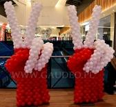 Balonowe dłonie  jako dekoracja na otwarcie sklepu odzieżowego.