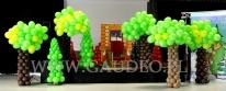 Balonowe drzewa na zabawie dla dzieci - w Stumilowym Lesie.