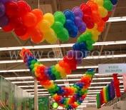 Kolorowe girlandy balonowe podwieszone pod sufitem sklepu.