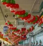 Balonowe girlandy na urodzinach supermarketu Auchan.