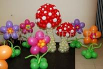 Balonowe grzyby na imprezie z tematem Alicja w krainie czarów.