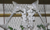 Balonowe kieliszki dekorujące salę na balu Sylwestrowym.