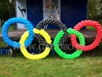 Balonowe koła olimpijskie na plenerowej imprezie firmowej.