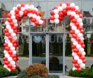 Balonowe laski dekorują wejście na wigilijną imprezę pracowniczą.