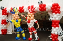 Balonowe maskotki Euro na pikniku piłkarskim.