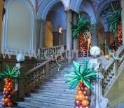 Palmy z balonów dekorujące wejście na imprezę karnawałową.