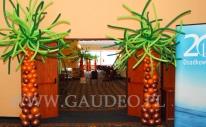 Balonowe palmy na dekorują wejście na evencie firmowym.