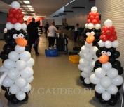 Świąteczne balonowe pingwiny jako dekoracja wejścia.