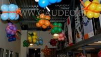 Balonowe prezenty podwieszone nad salą na imprezę wigilijną.