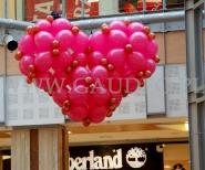 Balonowe serce z okazji walentynek na scenie w Pasażu Grunwaldzkim we Wrocławiu.