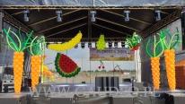 Warzywa i owoce z balonów jako dekoracja sceny.