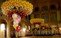 Balonowe żyrandole na sylwestrowym balu w holu NOT we Wrocławiu.