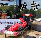 Bolid z balonów na firmowej imprezie plenerowej.