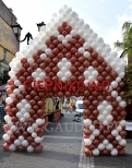 Domek piernikowy z balonów.