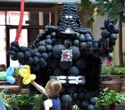 Skręcanie balonów z Lordem Vaderem.