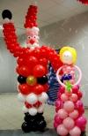 Balonowy mikołaj na dziecięcym balu świątecznym.