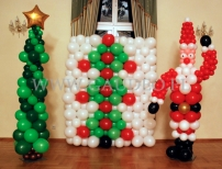 Balonowy Mikołaj z choinką jako dekoracja na imprezie Świątecznej.