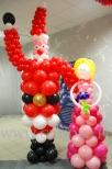 Mikołaj i księżniczka wykonana z balonów na balu dziecięcym.