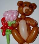 Balonowy misio z kwiatkiem.