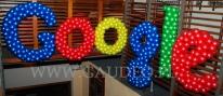 Balonowy napis google na imprezie firmowej.