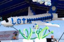 Balonowy samolot jako dekoracja sceny dużej plenerowej imprezy rolniczej.