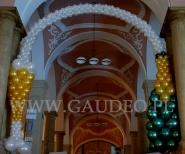 Balonowy szampan dekorujący wejście na bal sylwestrowy.