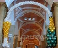 Balonowy szampan tryskający do kieliszka jako dekoracja wejścia na bal Sylwestrowy.