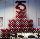 Balonowy tort jako dekoracja na jubileuszowej imprezie firmowej.