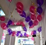 Balony helowe jako dekoracja sklepu odzieżowego.