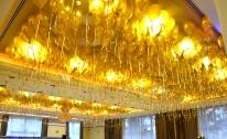 Balony z helem pod sufitem sali balowej.
