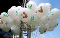 Balony z dwukolorowym nadrukiem i helem.