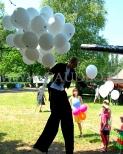 Balony z helem wręczane dzieciom podczas pikniku.